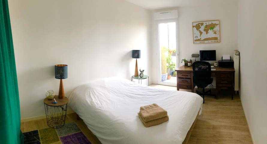 Appartement Lumineux, Chambre avec bureau/balcon