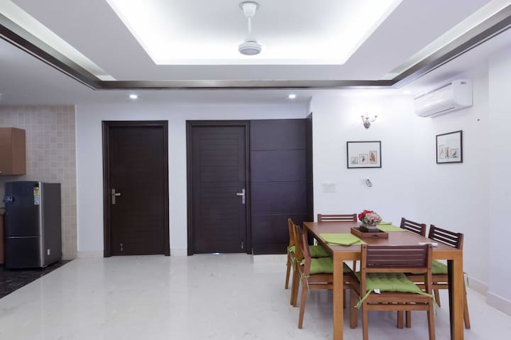 BnB Defence Colony Woodpecker (Private Rooms)