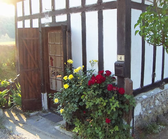 Cute cottage near historic abbey - Le Bec-Hellouin - บ้าน