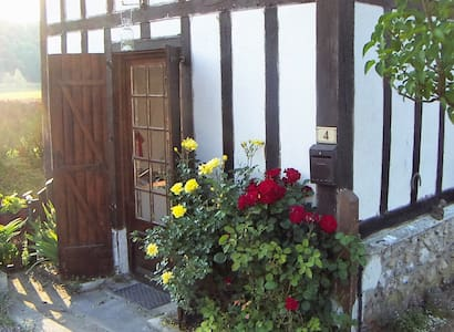 Cute cottage near historic abbey - Le Bec-Hellouin - House