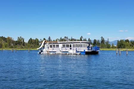 Incredible Houseboat on Flathead Lake w/waterslide - Somers