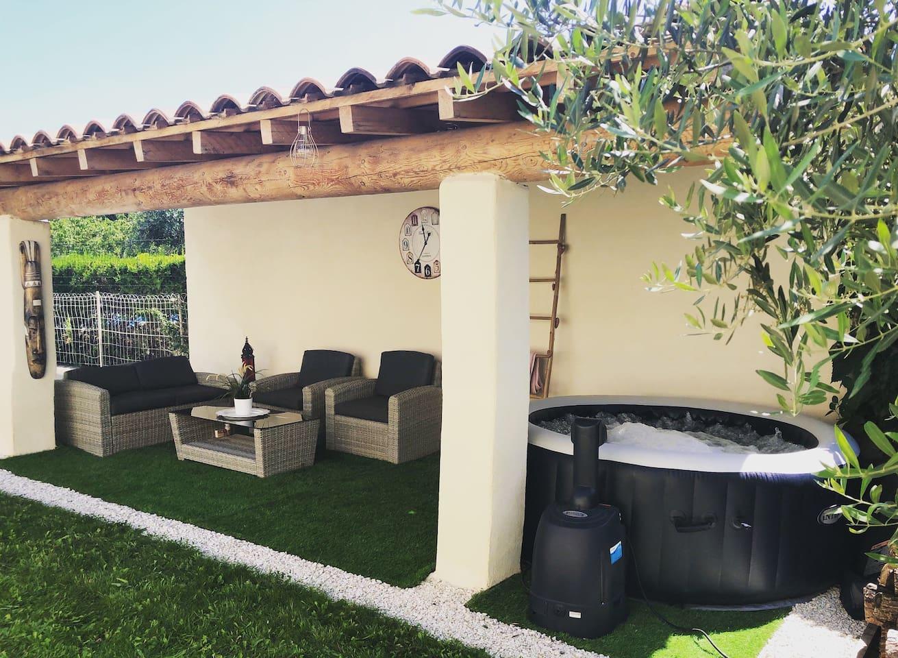 Espace détente avec salon de jardin et jaccuzi