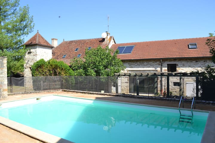 Traditional house with pool, gym & separate gite