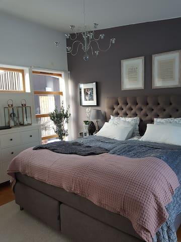 Sovrum nr 1, med 180 cm bred säng.