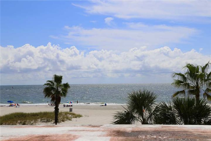 Nicely Renovated Madeira Beach. Just Renovated, New Kitchen & Upgraded Bath - Free Wifi - #331 Surf Song Resort