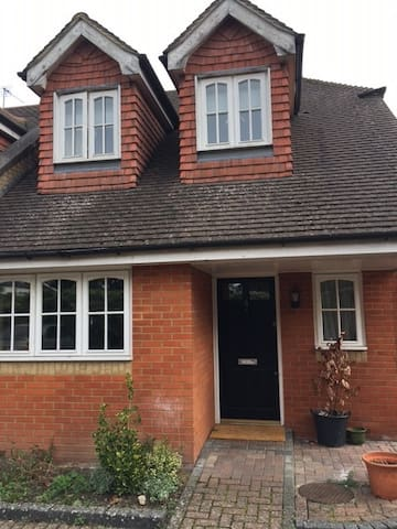 Modern 3 bedroom house with garden - Winkfield Row