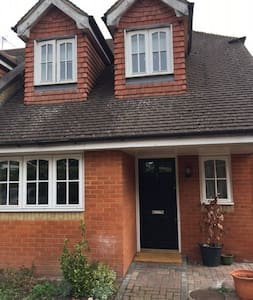 Modern 3 bedroom house with garden - Winkfield Row - House