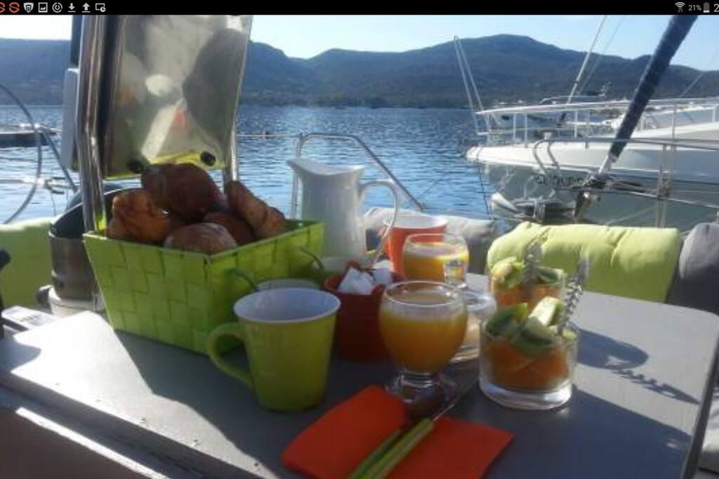 Le petit déjeuner, sur le pont, au soleil !
