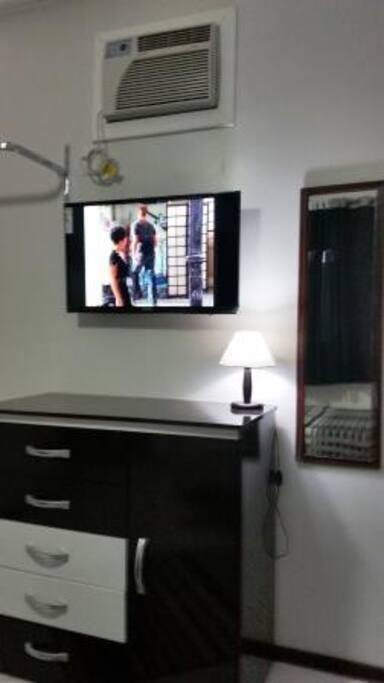 """TV de tela plana de 32"""" e sinal digital"""