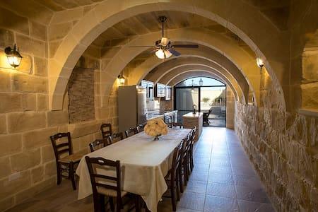 Characteristic Gozitan Villa (with private pool) - L-Għasri