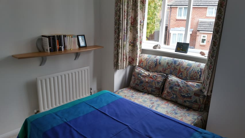 Single bed room for rent including breakfast. - Didcot
