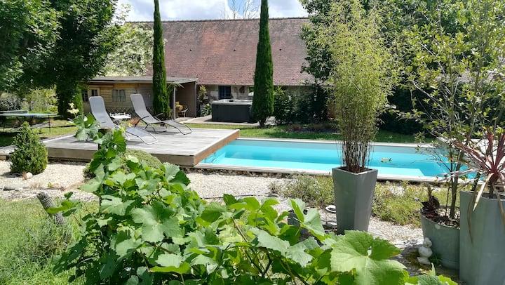 Gîte 4 personnes avec piscine, jacuzzi et jardin