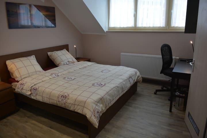 Chambre 05 de 20m² pensée pour logement et travail