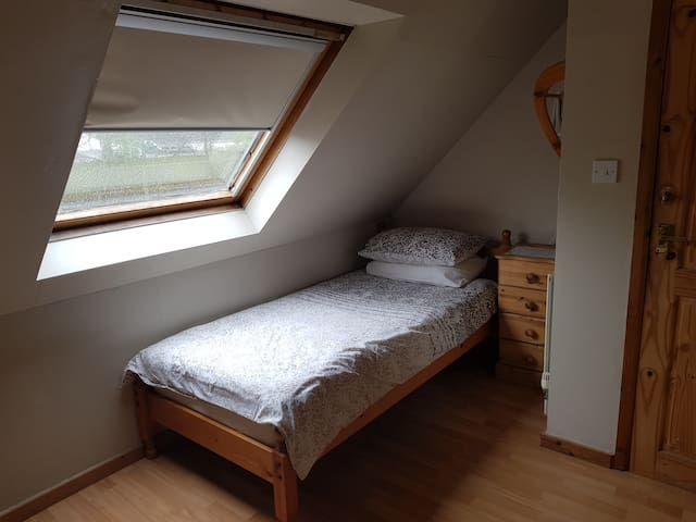 Large room with single bed 1.5miles from centre