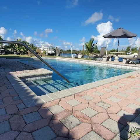 Spacieuse 3 chambres avec accès à quai, piscine et à quelques pas de la plage.
