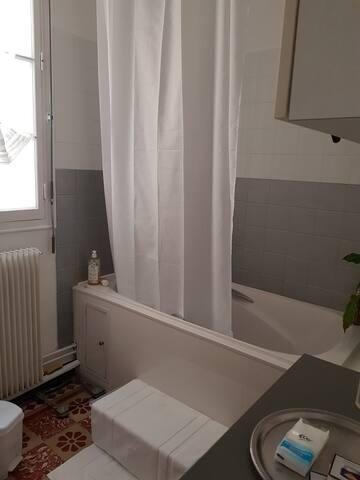 Salle de bain retro mais confortable et lumineuse
