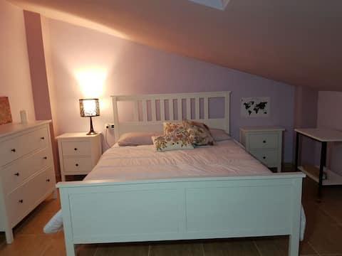 habitacion en atico con cama de 160 cm con baño