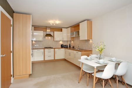 Stylish 2BR Apartment - Sleeps 4