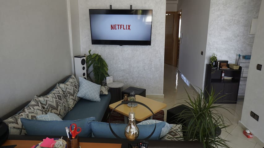 Living room : Smart-Tv (Large Screen) and Netflix subscription