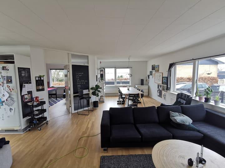 Rummelig villa tæt på motorvej, Århus og vandet!