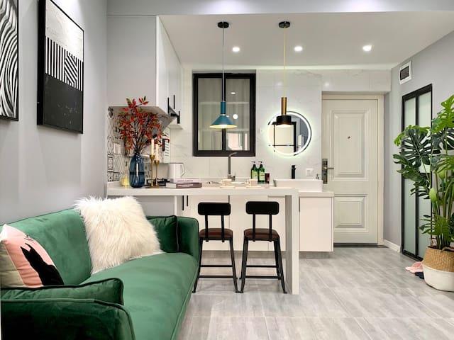 ❤️10号线水城路地铁站 在线秒回 ❤️体验魔都时尚摩登一房一厅 开放厨房 超大电视