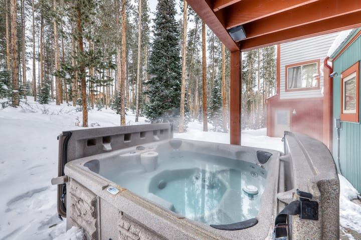 Family-friendly townhome w/private hot tub & grill - Walk to shop/restaurants