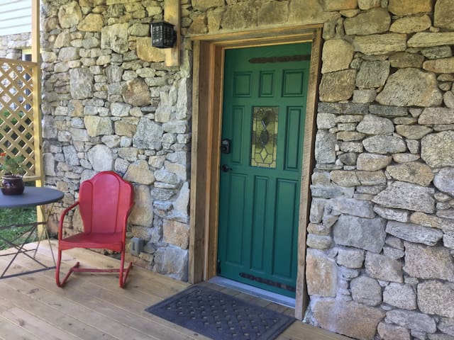 Stone Front Retreat- 10 mins to downtown Asheville