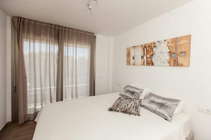 MODERN 1 BEDRM APT CLOSE TO IBZ TOWN & BEACH!