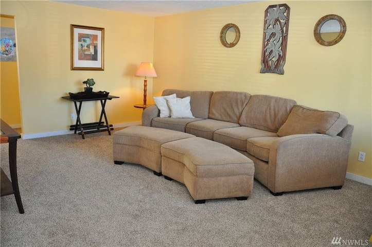 Spacious 2 Bedroom Condo, Centered in the Action! - Long Beach - Condomínio