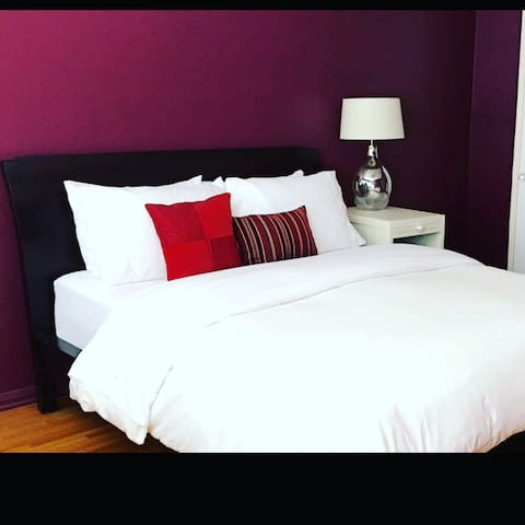 Red : Beverly Private Bedroom & Free Parking