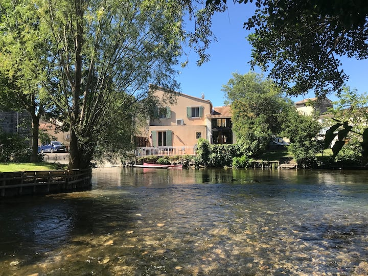 Désir d'évasion : Une terrasse au bord de l'eau