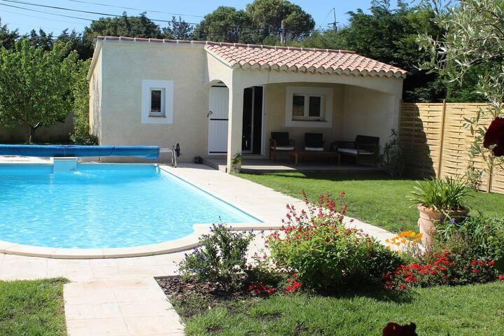 Charmant studio,terrasse et piscine proche Avignon
