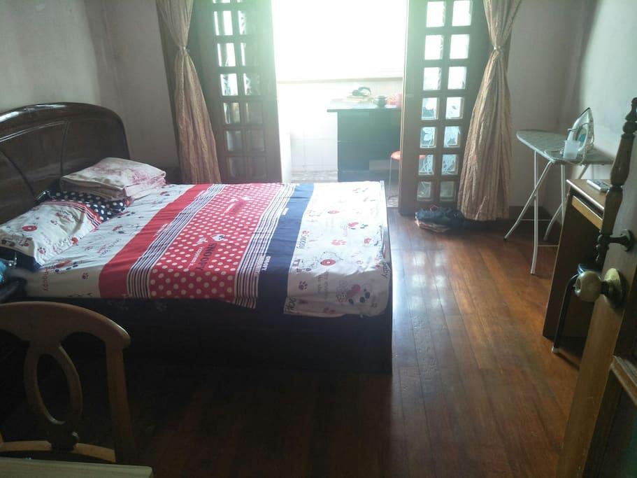 卧室,双人主卧 带阳台可洗衣服,熨烫衣物
