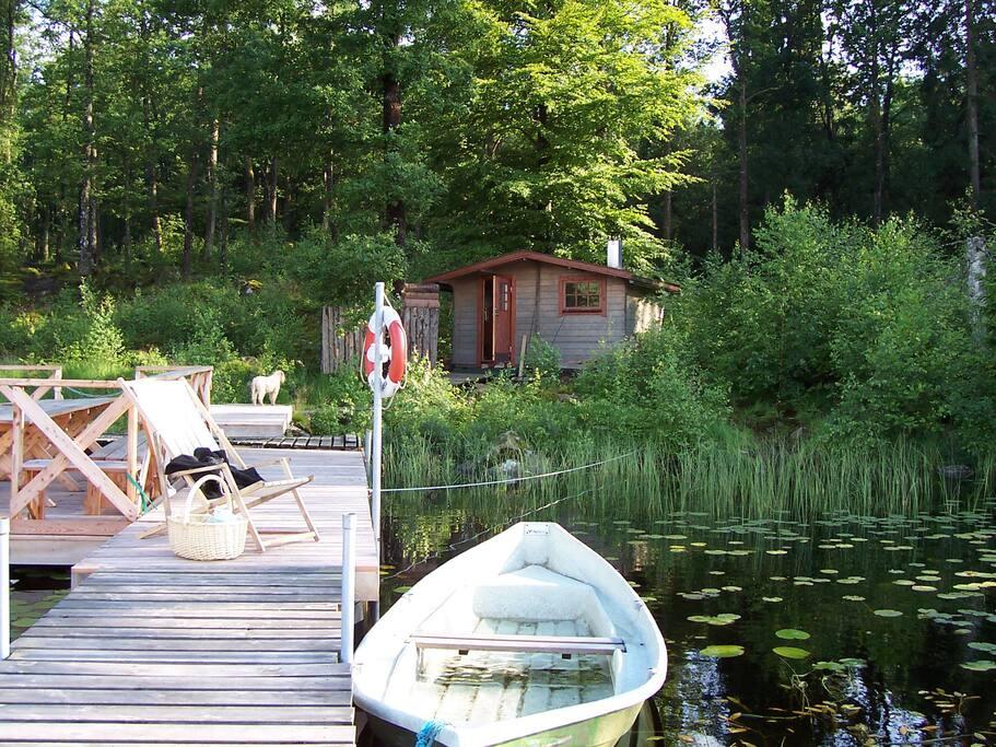 Bastu, roddbåt, flotte och badbrygga