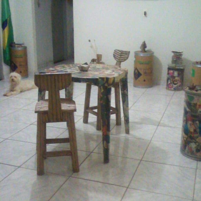Sala com pc, xadrez, livros, etc... e Amor ao fundo...
