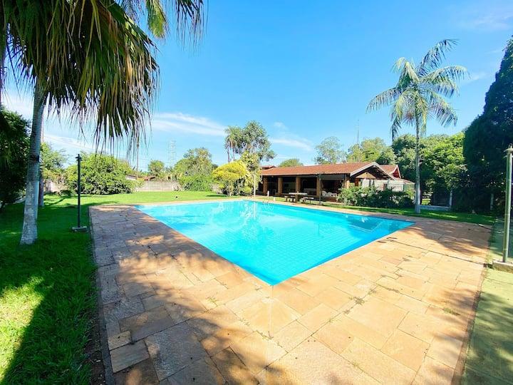 Chácara com piscina, churrasqueira e vista pro lago