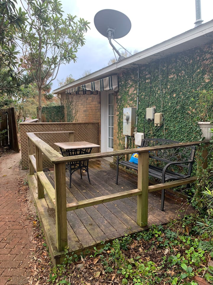 Garden Studio Apartment, just outside Naval Base