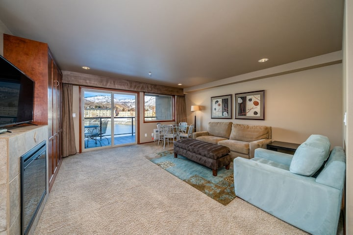 Grandview River View 633! Luxury Waterfront condo, sleeps up to 6!