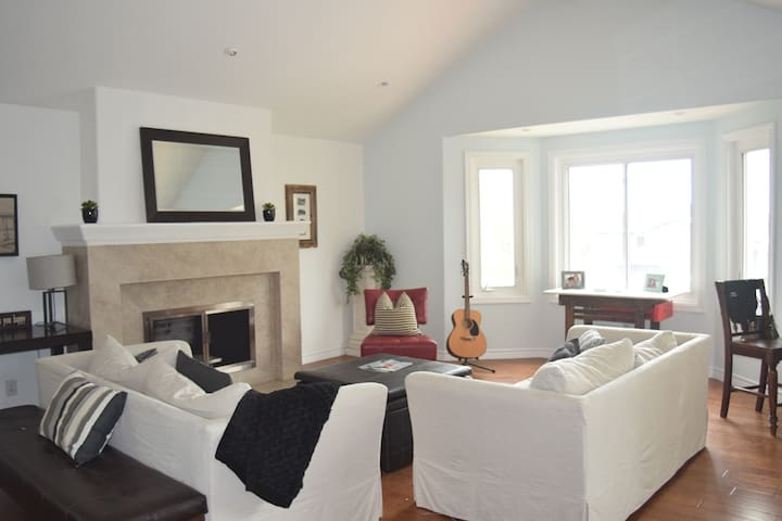 One bedroom in Private home in Manhattan Beach.