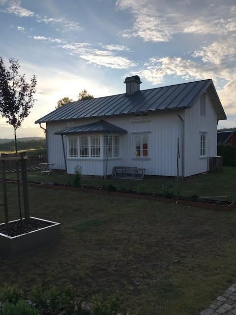 Bo i landlige omgivelser i vores nyrenoverede hytte!