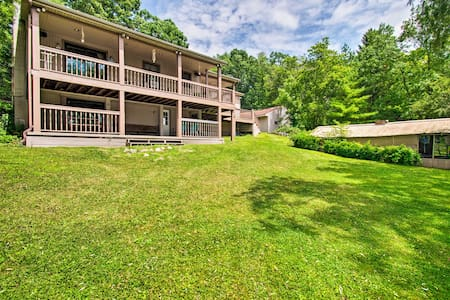 Cozy Lakefront Lapeer House w/ 2 Paddle Boats!