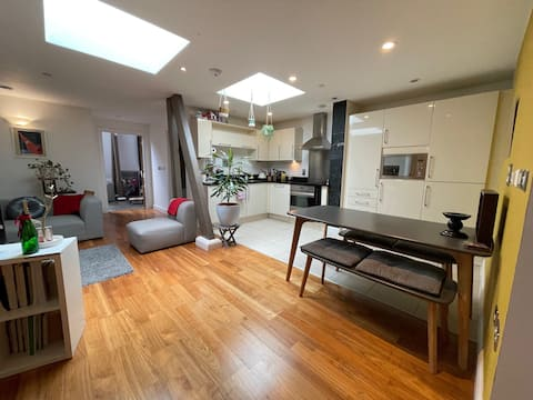 Unique 1 Bed Apartment, Central with roof Terrace!