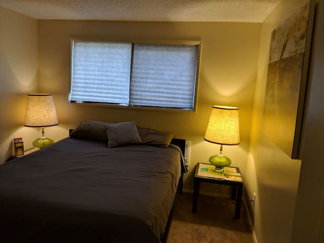 Comfy queen bed & Pvt. Bath-Light Rail, Reed close