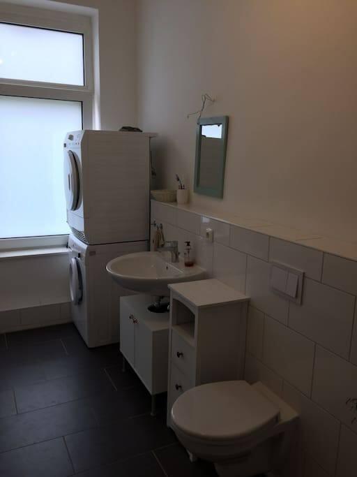 Badezimmer (Trockner, Waschmaschine, WC)