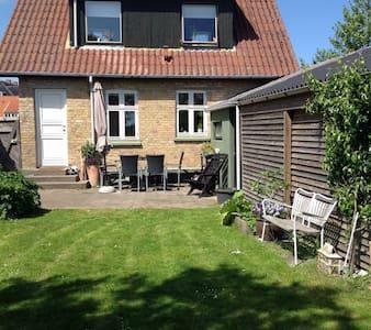 Hyggeligt byhus med ugeneret have - Grenå - Hus