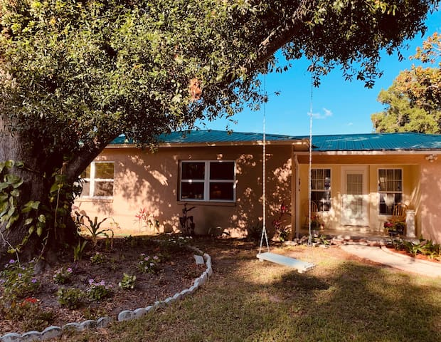 Spacious & charming 2-bed Lotus Cottage Clearwater