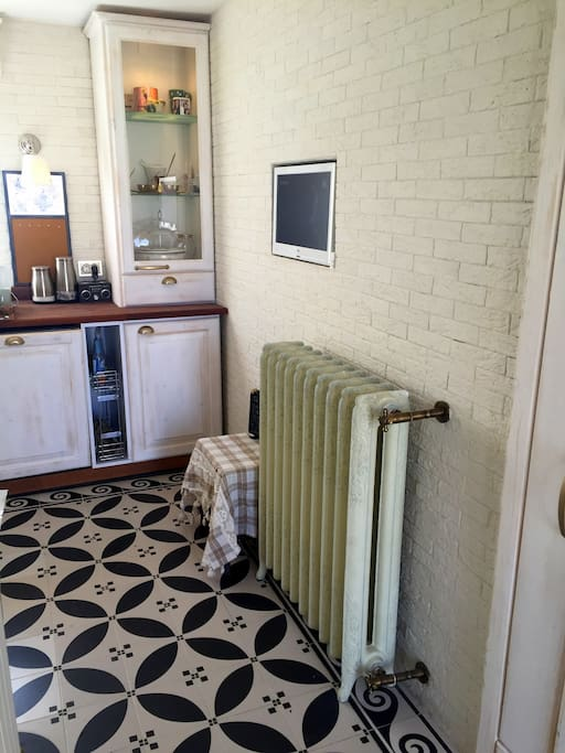 Mutfakta TV arıtma su fırın ocak mini fırın kahve makinesi geniş evye ve tatlı bir ışıklandırma mevcut