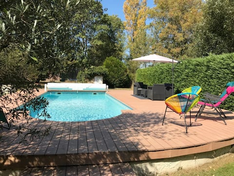 조용한 지역에 정원과 수영장이 있는 아름다운 집