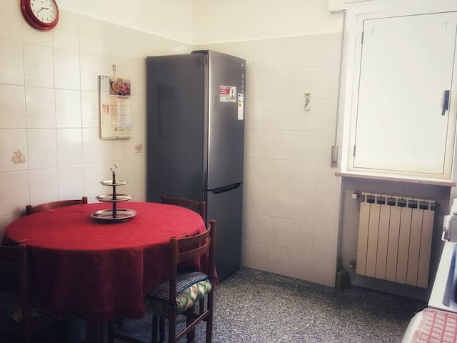 Cucina dotata di frigorifero nuovo e frequentemente igienizzato, televisore, forno e fornetto elettrico, fornelli e tutti i comfort per una ricca ed energizzante colazione, un ricco pranzo o una cena con gli amici