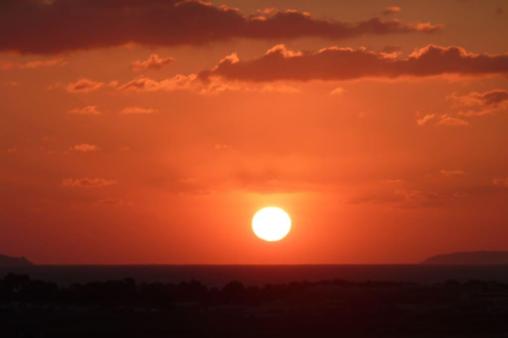 Vue panoramique mer (lever de soleil)